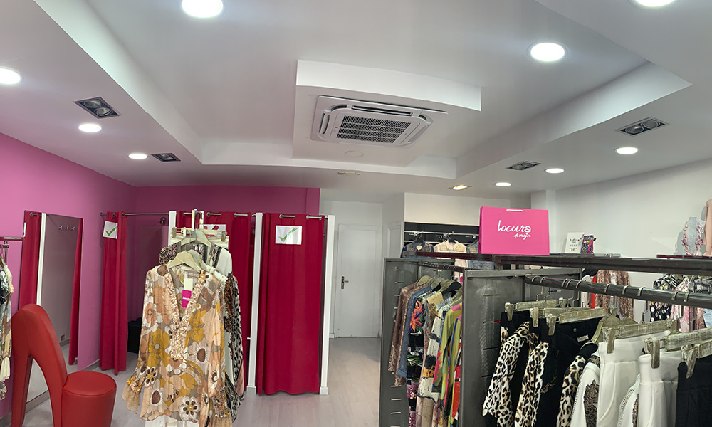Instalación de aire acondicionado unidad casette en tienda de Benidorm